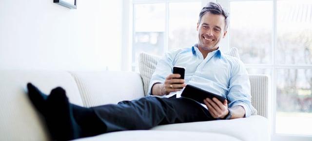 Bluetooth補聴器を使う男性イメージjpg