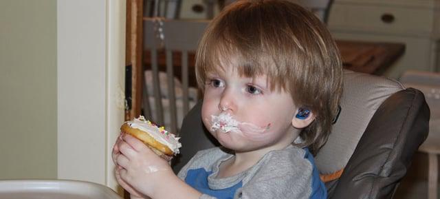 カップケーキを食べる補聴器をつけたフランキーくん