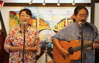 店内でライブをする長野たかし氏と森川あやこ氏