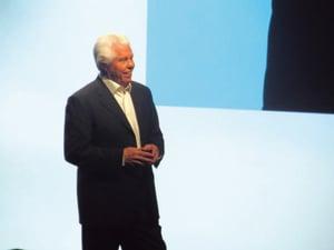 2016年スターキー・ヒアリング・イノベーション・エキスポで演説するビル・オースティン氏。