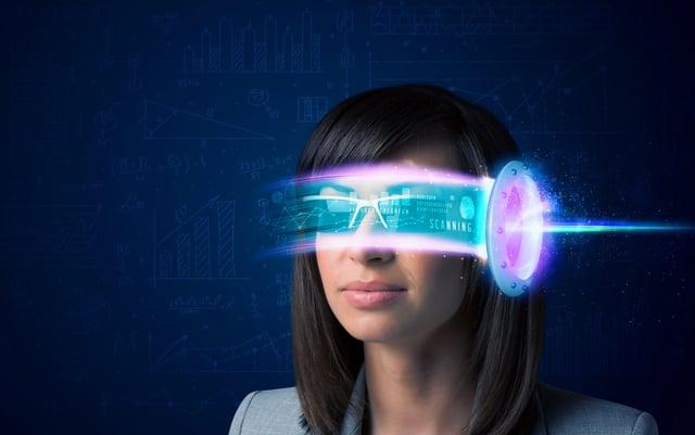 ハイテク技術のヒアラブル・ウェアラブルデバイスを身につけた女性