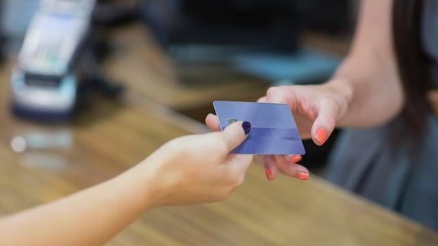 カウンター越しで支払いをしようとする手元の画像