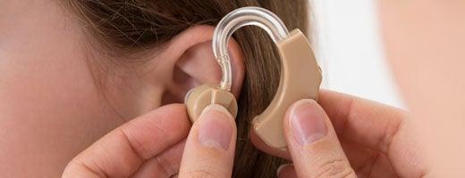 昔ながらの大きくて、ベージュ色の補聴器