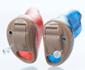 10Aタイプの左右のCIC補聴器(右耳が赤、左耳が青)