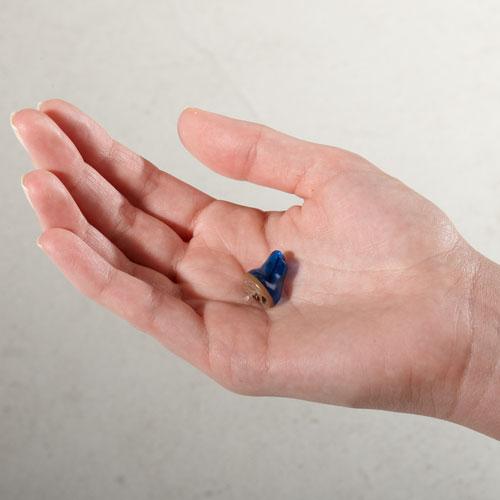 手のひらに置いたCIC補聴器