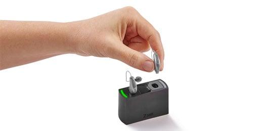 ハイブリッド式充電補聴器のミューズを充電器に挿入するイメージ